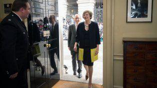 Relevo. May y su marido ingresan a la residencia de Downing Street tras el encargo de la reina de formar gobierno.