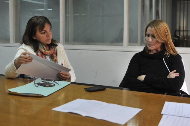 Papeles en mano. La abogada Marisa Díaz y la policía María del Valle Fernández.