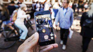 Monstruo. La imagen ilustra cómo es el juego. Un Pokémon de pronto aparece mientras la pantalla enfoca el paisaje.