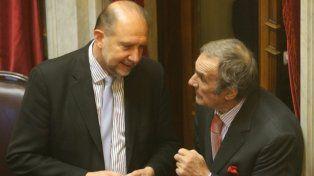 diálogo. Los senadores santafesinos Omar Perotti y Carlos Reutemann.