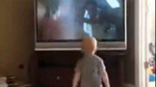 El bebé observa con gran atención el entrenamiento de Rocky en la película.