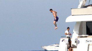 Messi ensayó un arriesgado salto desde el techo del yate en el que vacaciona y sus fans lo celebran en las redes