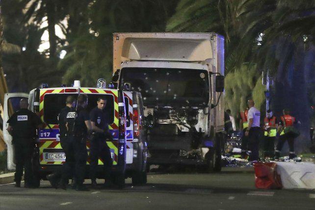 El parabrisas del camión blanco exhibe los balazos disparados por la policía francesa en pos de detenerlo.