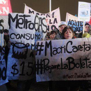 miles de manifestantes en todo el pais llevaron a cabo el primer cacerolazo en contra del tarifazo en los servicios publicos
