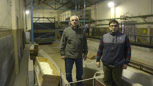 Los especialistas Gerardo Riccardi y Hernán Stenta en la sede del Centro Rosario de Investigaciones Hidroambientales