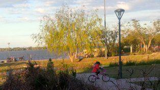 malezas altas. El concejal Cardozo denunció un mal mantenimiento del parque que rodea el Acuario.