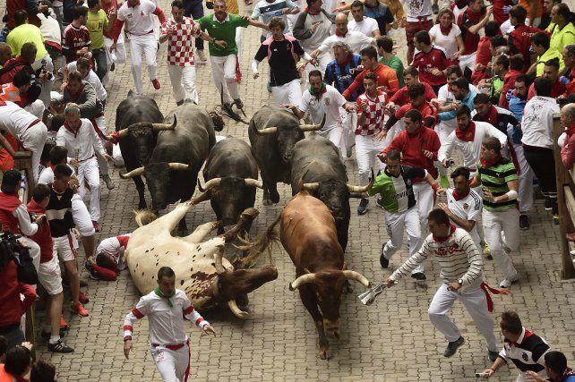 juerga. La corrida de ayer volvió a sumar a miles de participantes en Pamplona. No hubo heridos por asta de toro.