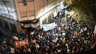 Una multitud se acercó a la sede de Litoral Gas para expresar su repudio por el aumento desmedido en las tarifas de servicios básicos.
