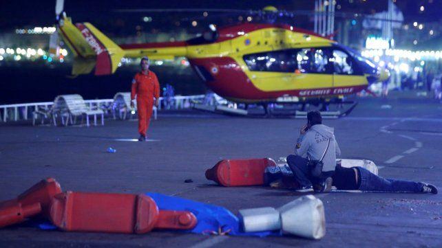 El auxilio a las víctimas en la costanera de Niza.