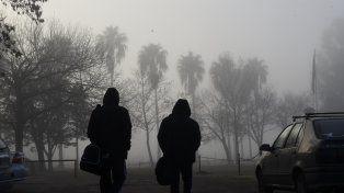 La niebla vuelve a ser el protagonista principal en la fría mañana rosarina.