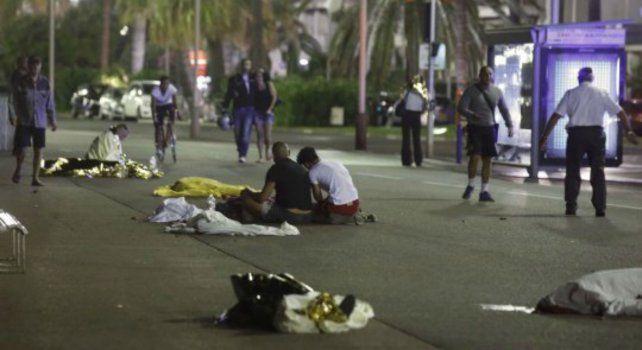 La policía y paramédicos trabajan sobre los heridos del atentado.