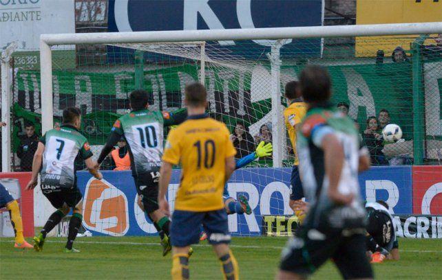 La polémica de la tarde llegó en el arco de Sosa con el gol anulado a Villa Mitre