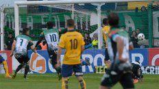 la polemica de la tarde llego en el arco de sosa con el gol anulado a villa mitre