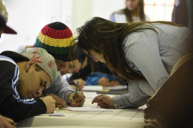Las estudiantes guían de cerca el trabajo de cada joven. (Foto: H. Río)
