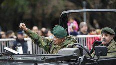 Todo trucho. No fue invitado, el auto no es del Ejército y el uniforme es personal. Pero Rico se paseó como un héroe.