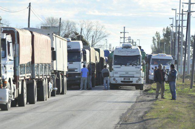 En espera. Los camiones se apilaron en el acceso norte de San Lorenzo.