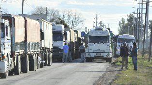 Los camiones que descargan granos en los puertos de la región.