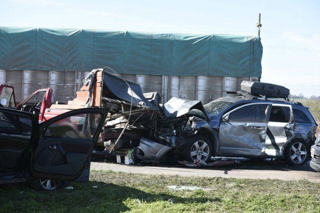 El núcleo de la tragedia. La F100 y la Dodge incrustadas contra el camión daban muestra de la violencia del choque. En primer plano