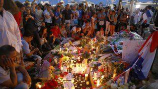Conmoción. Familiares y amigos de las víctimas llenaron de flores