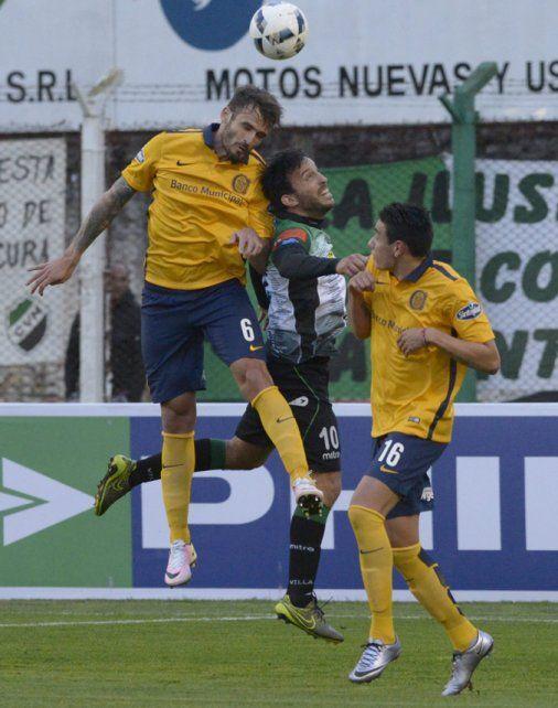 Los dos. Torsiglieri salta y gana. Mauricio Martínez cubre en sus primeros minutos en cancha.