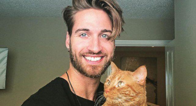 Travis DesLaurier y su inseparable gato Jacob.