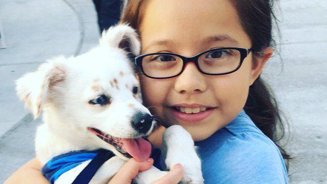 La historia de Julia y Walter, la niña y su perro sordos que se comunican por lenguaje de señas