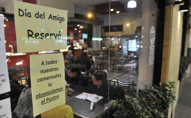 Las promociones ya se evidencian en las vidrieras de bares y restaurantes. Una de ellas: el postre gratis.