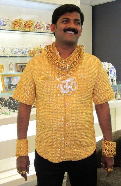 Datta Phuge con su camisa de oro.
