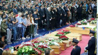 Penoso. Los funerales realizados ayer en un estadio cubierto de la ciudad de Andria