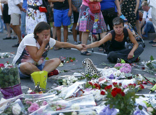 Tributo. Una mujer no puede contener el llanto por la pérdida de un familiar.