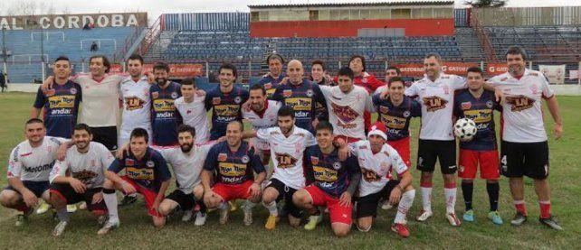 Por la paz total. En el Gabino Sosa se enfrentaron ayer simpatizantes de ambos clubes. El motivo fue para pregonar por un fútbol sin violencia en nuestro país.