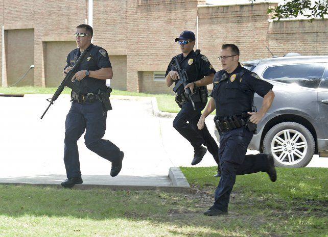 alta tensión. La policía corre durante el tremendo tiroteo. Uno de los efectivos heridos estaba gravísimo.