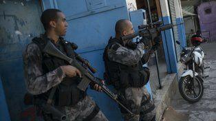 violencia cotidiana. Una patrulla policial se enfrenta a los narcos en una favela carioca.