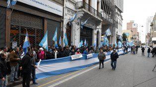 A favor de la ley. El sindicato de Empleados de Comercio se manifestó en su sede con banderas argentinas.