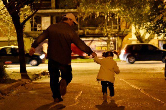 De la mano. El vínculo entre padre e hijos se ve afectado por estos procesos.