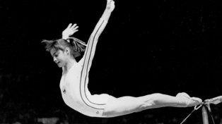 Vuelo magistral. Nadia logra una ovación al terminar su actuación en las paralelas el 18 de julio de 1976.