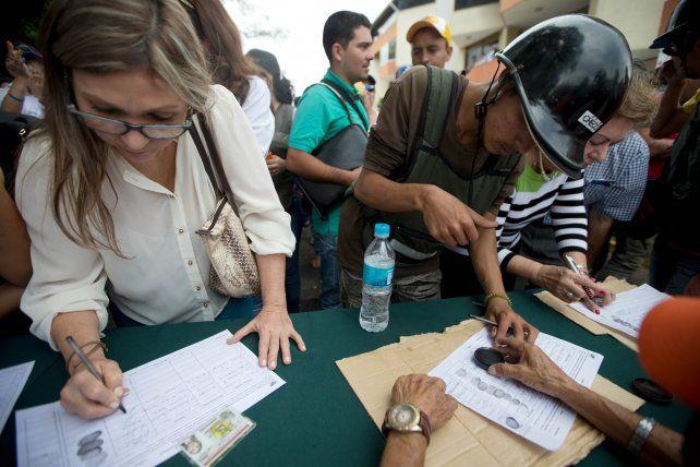 Acto de valor. Ciudadanos firman el revocatorio el 27 de abril pasado.