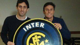 Símbolos. Milito y Zanetti posan con el escudo neroazzurro. Arriba