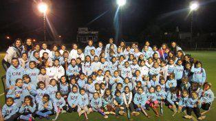 Mini CAF. Las nenas de la escuelita posan con las monitoras y la coordinadora Betina Casenove (medio arriba).
