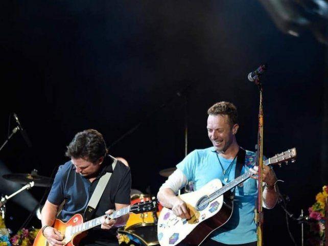 Michael J. Fox se unió a Coldplay en un concierto para tocar canciones de Volver al Futuro