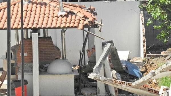 La explosión de una cloaca le dio un gran susto a una familia que compartía un almuerzo