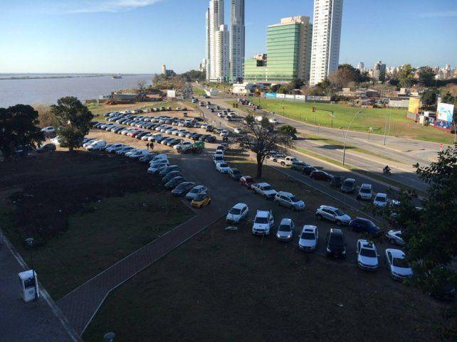 Vecinos de Ciudad Ribera denuncian que los trapitos usan el espacio público como estacionamiento