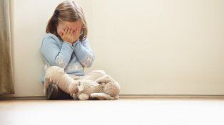 un hombre filmaba los abusos sexuales a menores de edad y a su hija de 4 anos