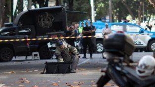 Alarma. Un policía asegura un paquete que apareció en el barrio de Leblon