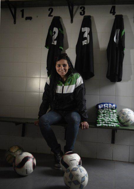Natalia en el vestuario con su material de trabajo: las camisetas y las pelotas con las que practica el plantel.