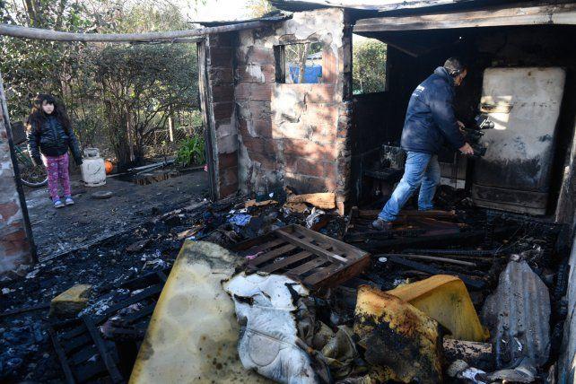 La vivienda de Florencio Varela al 1500 quedó consumida por el fuego. Ocurrió la madrugada de ayer.