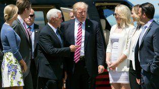 Nominado. El político neoyorquino es recibido en Cleveland por sus hijos y el gobernador Pence (izquierda).