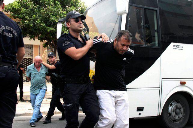 Adentro. Detenidos son trasladados a los tribunales para comparecer por su presunta actividad golpista.