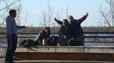 Mate de por medio y con el impactante Paraná a sus espaldas, un grupo de amigos celebraba ayer su día en la costa central.