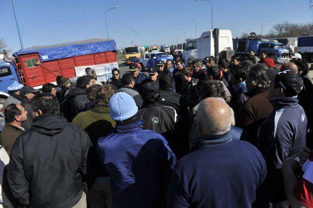 Asambleas. Los manifestantes decidieron levantar los cortes en las rutas y apostarse en las plantas y banquinas.